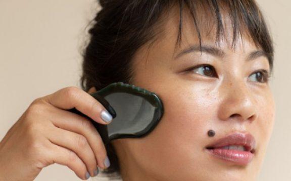 O Que é Gua Sha? Um Guia Sobre a Massagem Facial Milenar