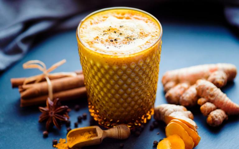 Golden Milk: Receita e benefícios da bebida de cúrcuma